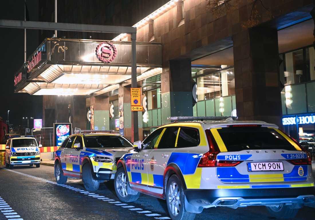 Polis på plats vid Sheraton Hotell två dagar efter mordet.