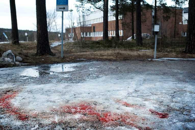 Blod på marken efter överfallet utanför sjukhuset i Sundsvall.