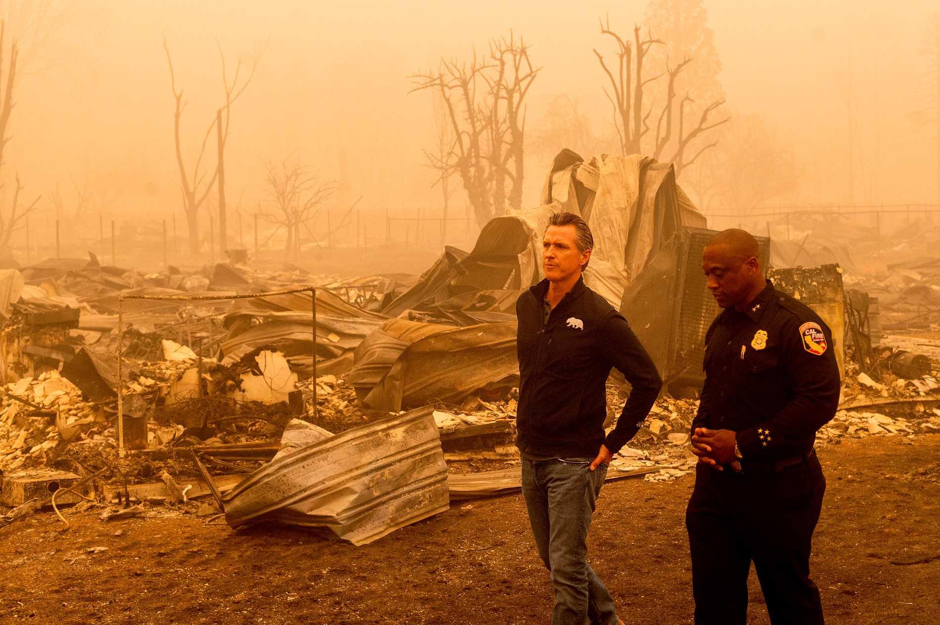 Kaliforniens guvernör Gavin Newsom inspekterade i helgen förödelsen i guldgrävarstaden Greenville efter Dixiebrandens framfart.