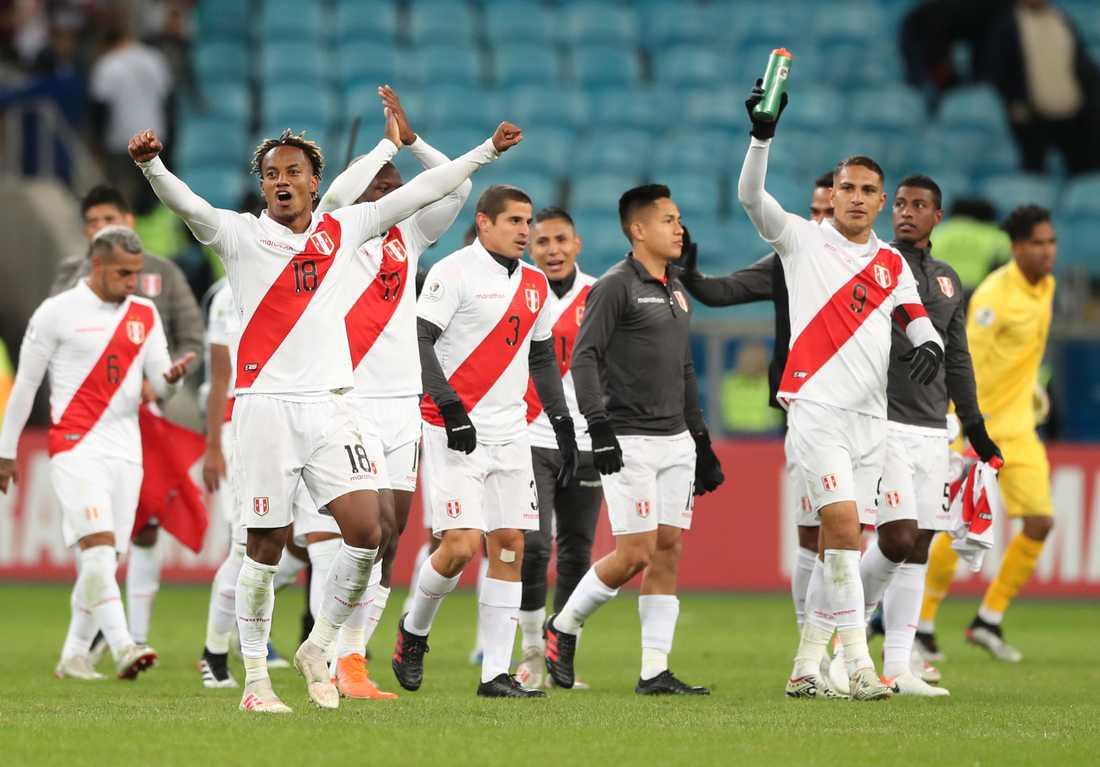 Perus spelare firar onsdagens semifinalseger.