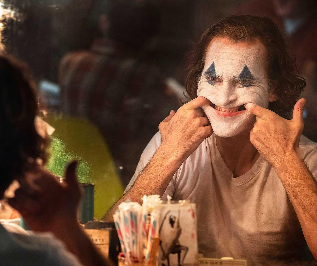 """Joaquin Phoenix som den misslyckade komikern som blir terrorist i filmen """"Joker""""."""