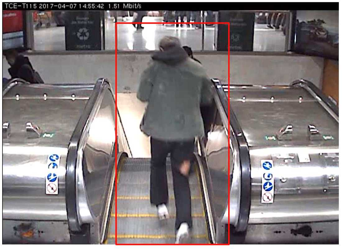 Akilov fångas på film när han går ner för rulltrappan vid Åhléns.