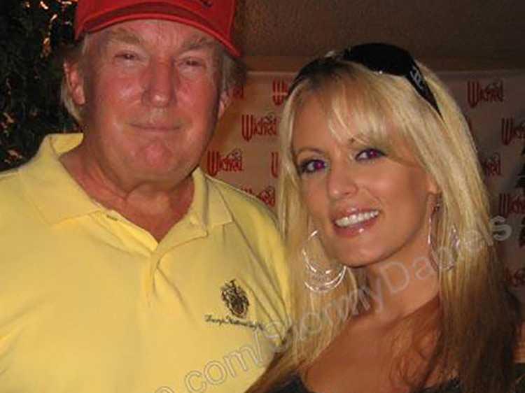Donald Trump och Stomy Daniels poserar ihop 2006, på en bild från porrstjärnans Myspace-sida.