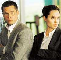 """Tråkigt liv - på ytan Brad Pitt och Angelina Jolies karkatärer i """"Mr & Mrs Smith"""" lever tråkigt förortsliv. Men de har en mörk hemlighet – de är båda hemliga agenter."""