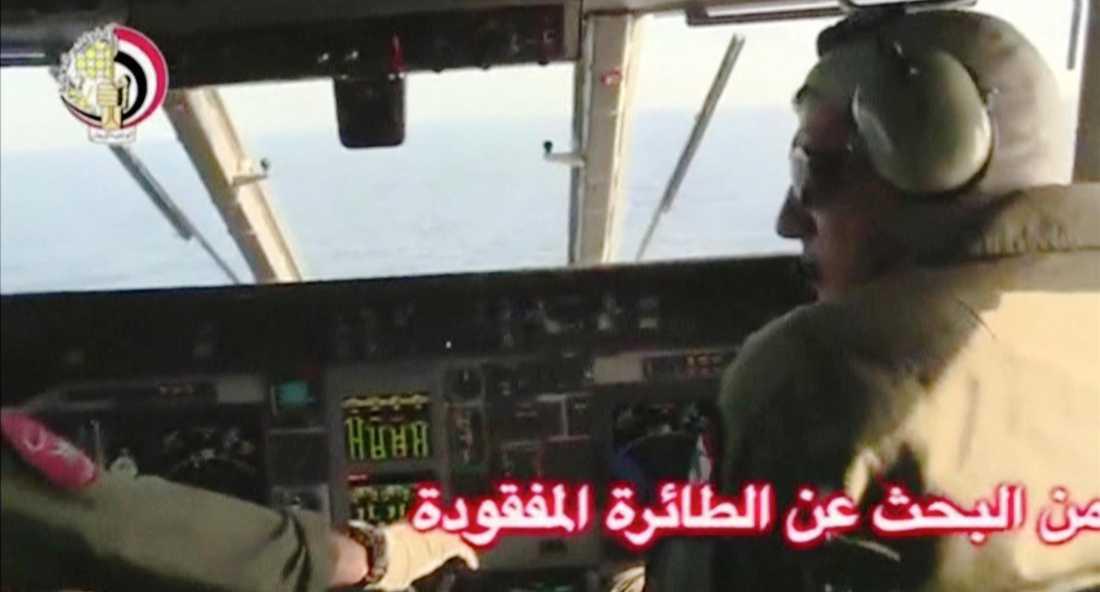 Piloter från den egypiska militären söker efter planet i Medelhavet