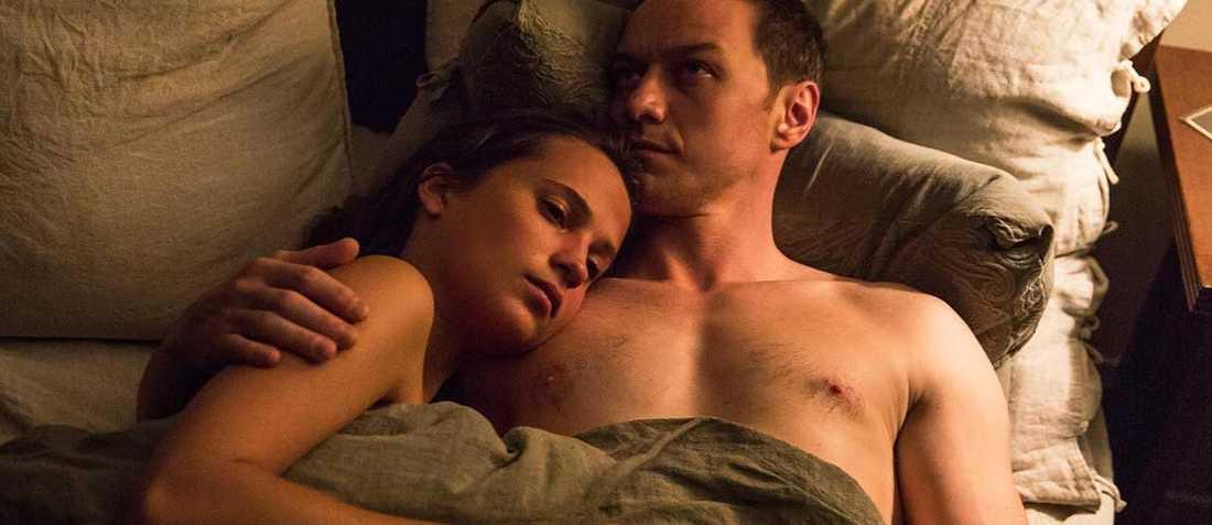 """Alicia Vikander och James McAvoy i """"Kärlek över haven""""."""