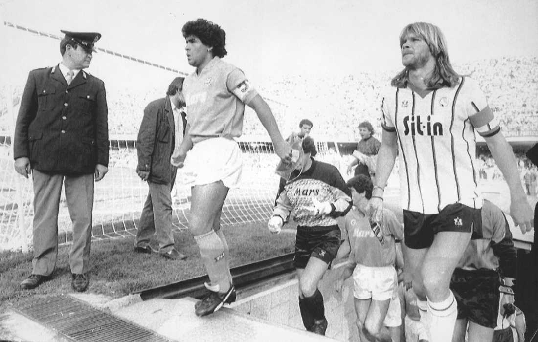 Maradona och Glenn Strömberg i en match mellan Napoli och Atalanta 1988.