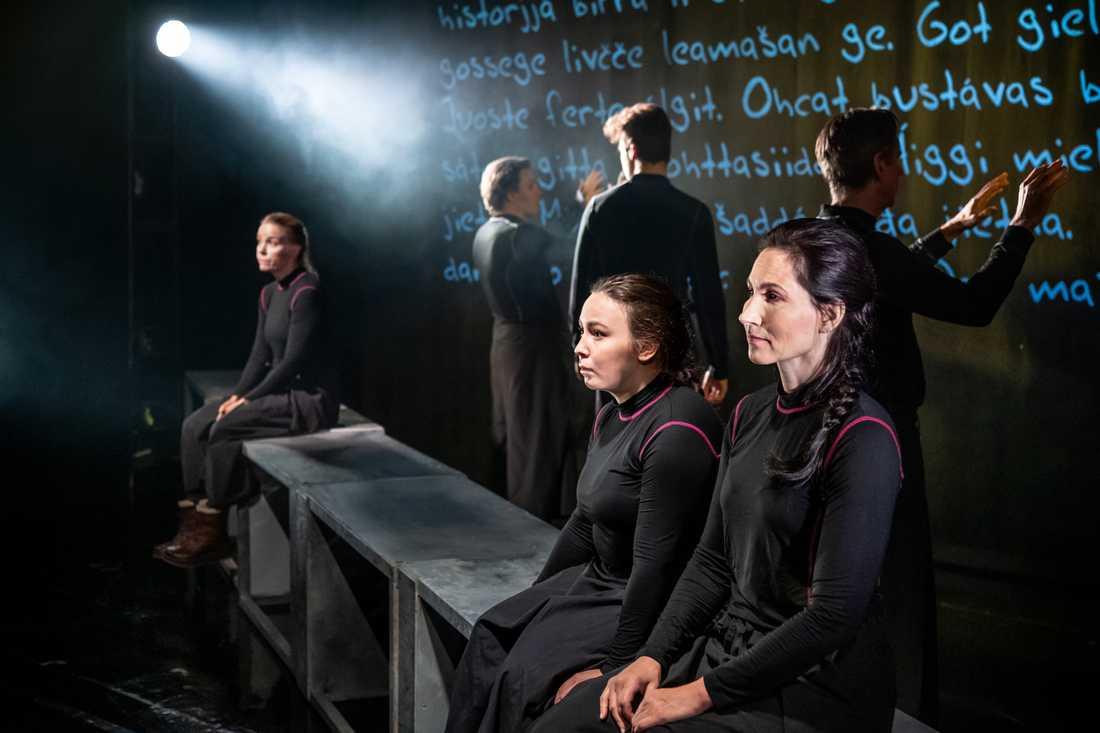 """Nina Fex, Lene Cecilia Sparrok, Kristin Solberg. I bakgrunden Paul Ol Jona Utsi, Per Burell och Vincent Grahl i """"Ædnan"""" på Orionteatern."""