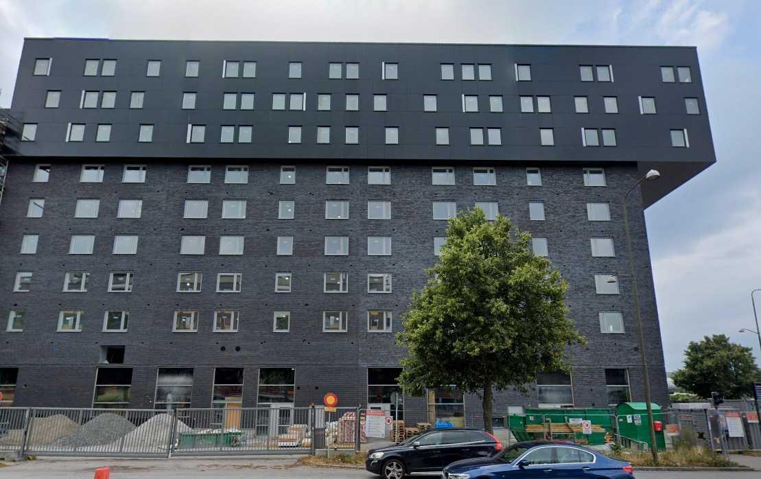 """""""Mörkt, kantigt och helt befriat från allt som människor gillar och mår bra av"""" skriver juryn om brf Nils i Malmö."""