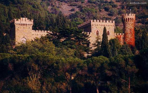 Medeltida slott, Umbria, Italien Bo som en riddare i det här gamla medeltidsslottet, som givetvis är smyckat med både tinnar och torn. Men till skillnad från de riktiga riddarna har du dessutom pool, biljardhall och tennisbanor. Kolla efter billiga flygbiljetter till Italien här!