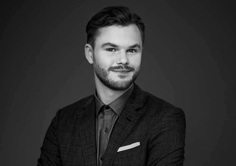 Rasmus Törnros är mäklare åt paret som säljer sitt eldangripna hus.