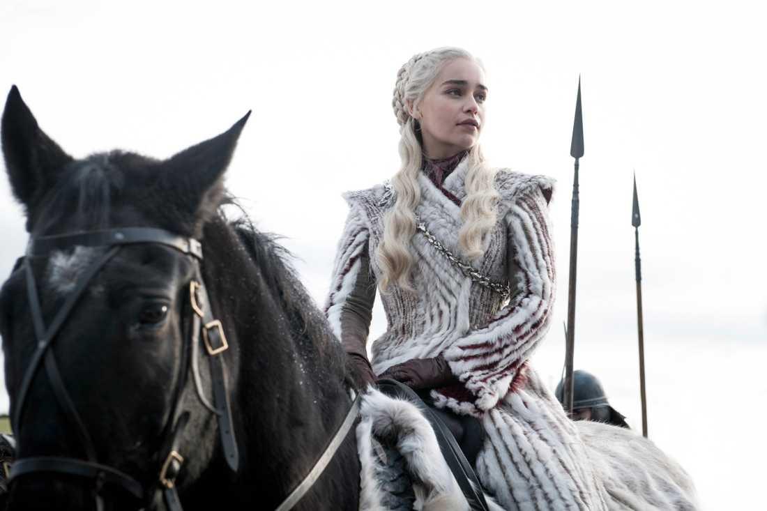 I säsong 8 får vi se en ny version av Daenerys vackra vinterkappa.