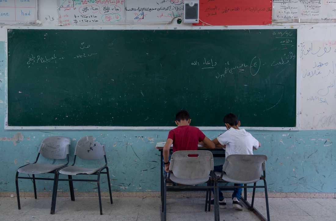 Det är mindre sannolikt att fattiga barn går ut skolan, enligt en rapport. Arkivbild.