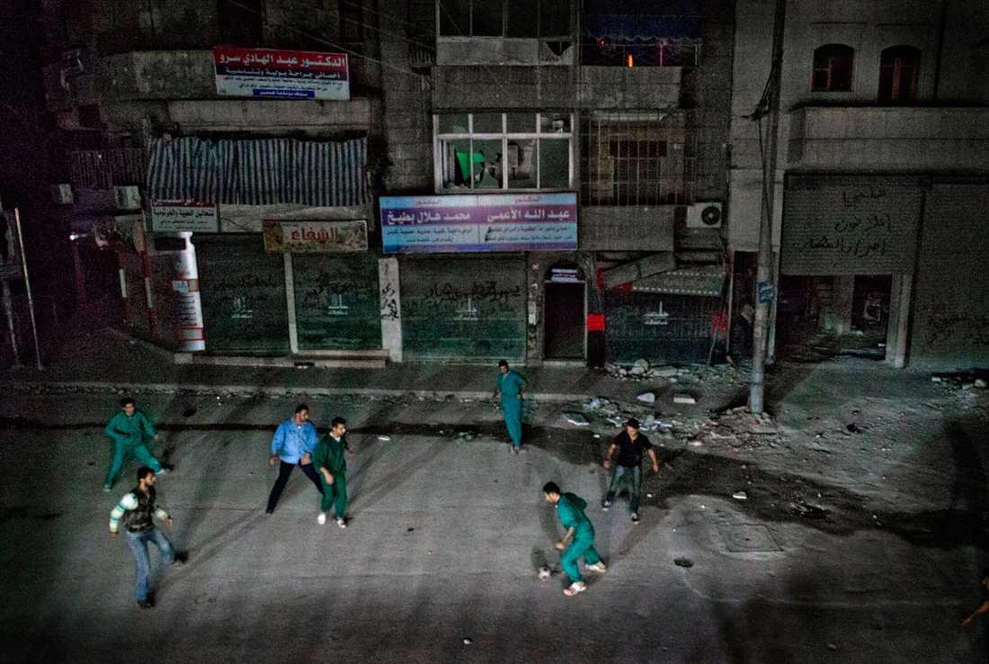Sjukhuspersonalen spelar fotboll tillsammans med Fria syriska armén utanför sjukhuset mitt i natten. - Vi måste göra något annat ibland. Glömma kriget för en kort stund, berättar doktor Osman Al-Hag, 30.