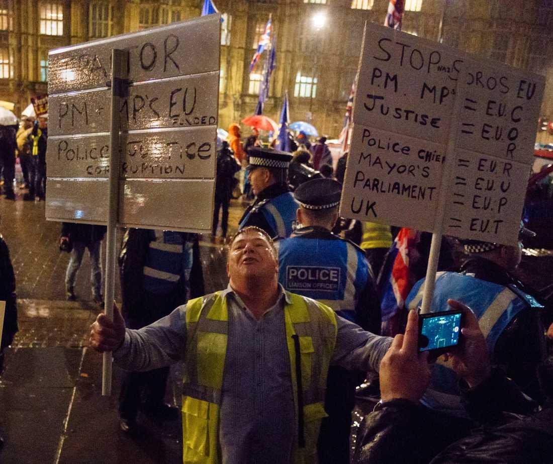 En man med med mycket att säga på gatorna utanför parlamentet under tisdagskvällen.