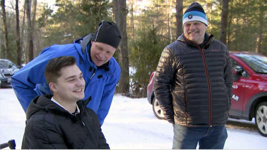 Programledaren Mattias överraskar Jonathan ute i skogen.