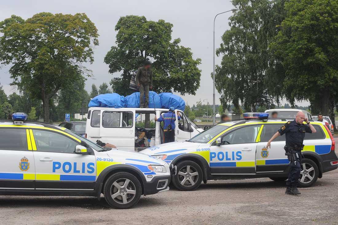 Polis vid bärplockarnas läger efter slagsmålet.