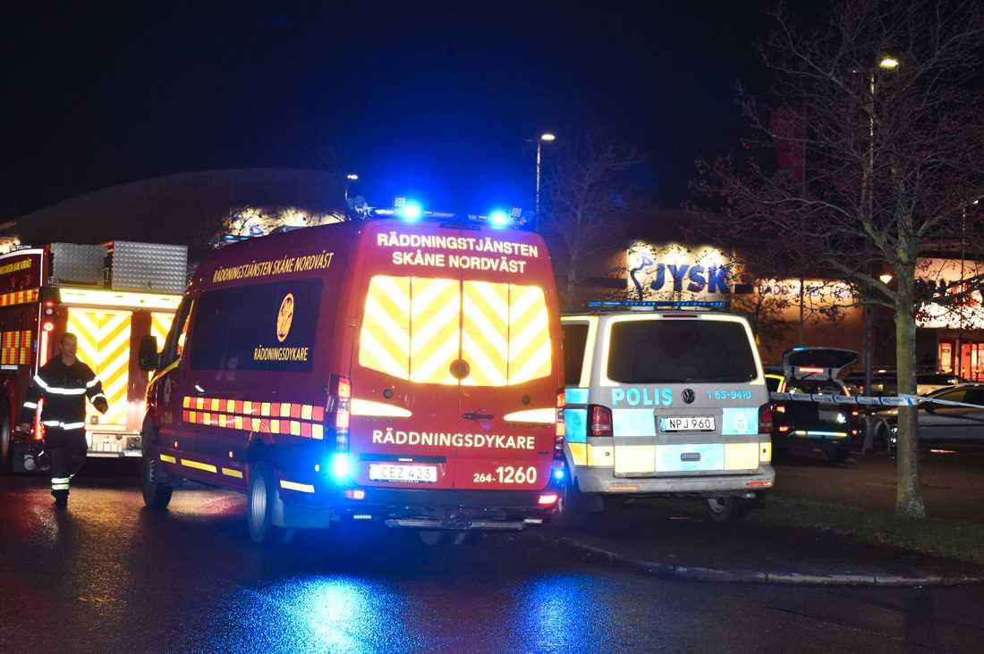 En man dog på sjukhus efter att han hittades stickskadad på en parkering i Helsingborg.