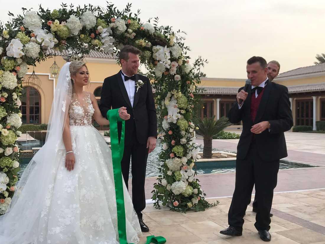 Sveriges ambassadör i Förenade Arabemiraten, Jan Thesleff, höll tal för brudparet under vigselakten.