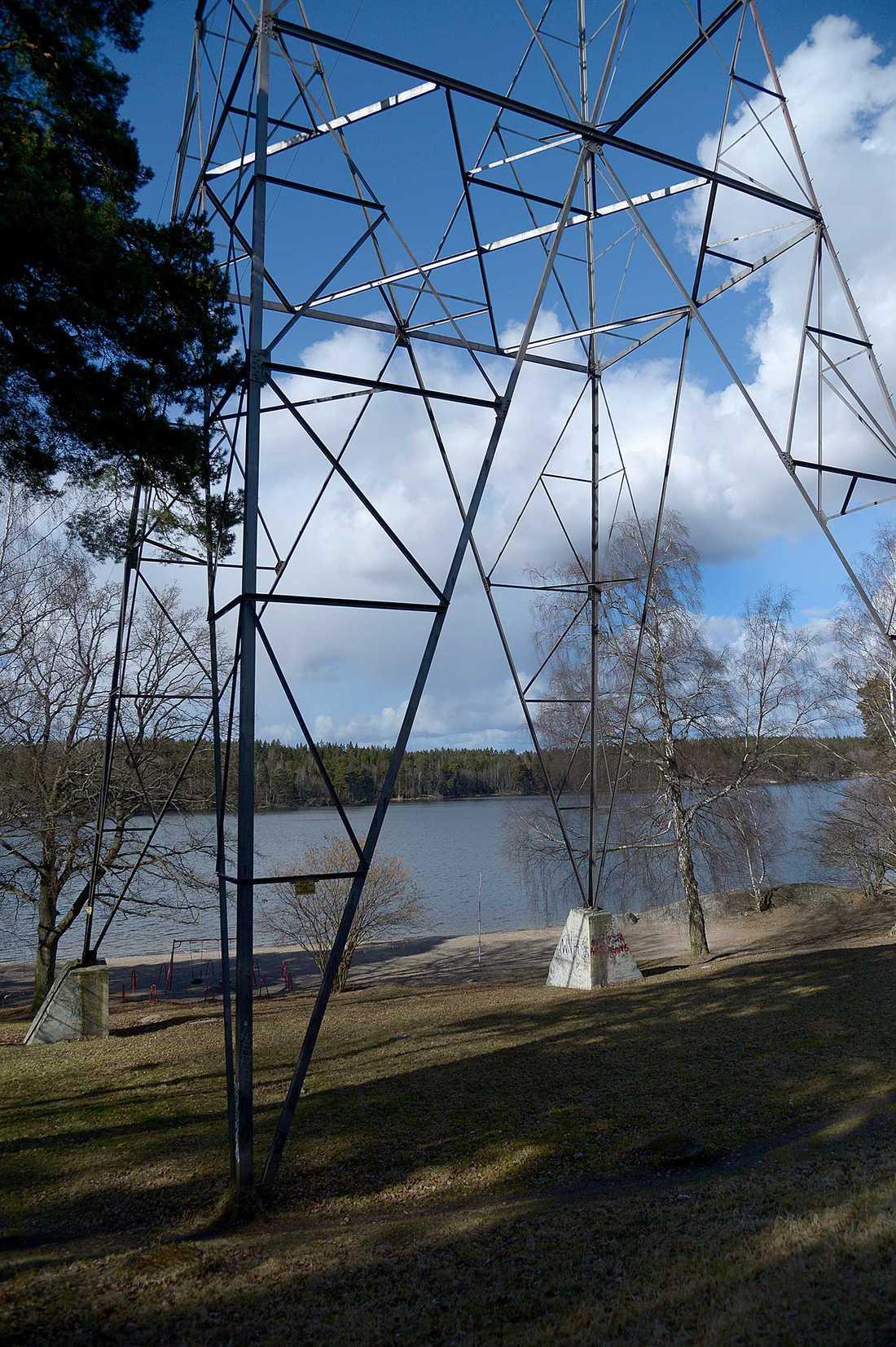 Kraftledningstornet vid badplatsen i Bredäng