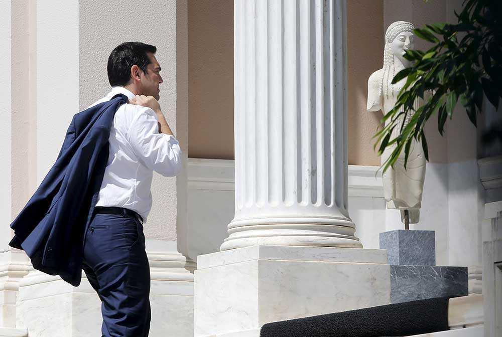 Greklands premiärminister Alexis Tsipras anländer till sitt kontor i Aten.