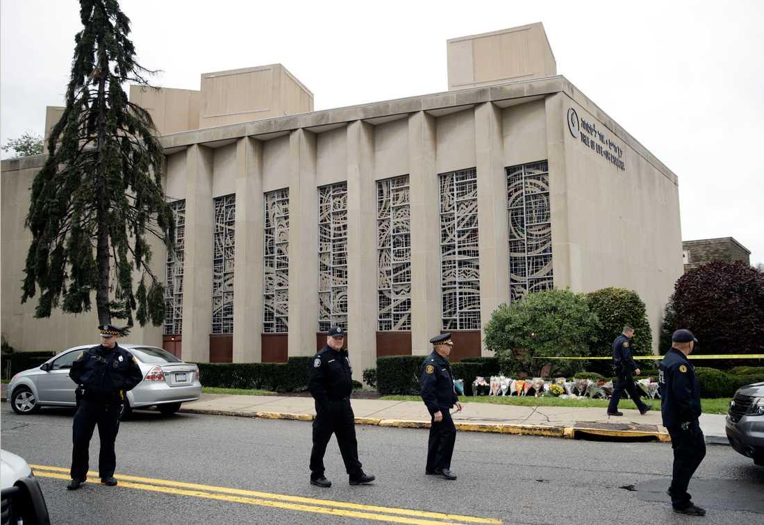 Blommor har lagts utanför synagogan, där människor mellan 54 och 97 år mördades i vad som beskrivs som den dödligaste attacken mot judar i USA.