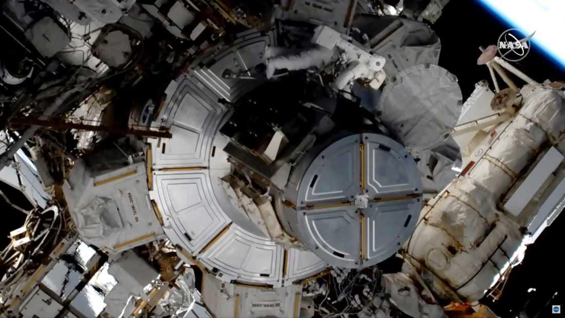 Den svenskamerikanska astronauten Jessica Meir under en rymdpromenad på internationella rymdstationen ISS i januari.