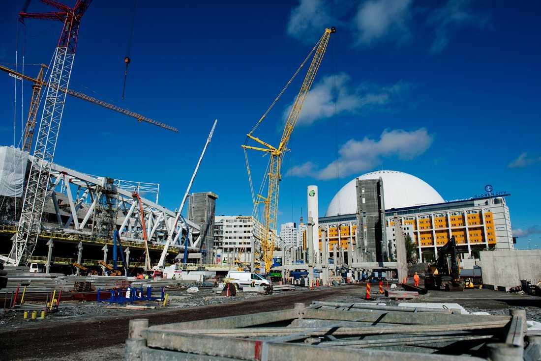 Arenan ska ta 30 000 åskådare och byggs i två etager med 15 000 åskådare på varje etage.
