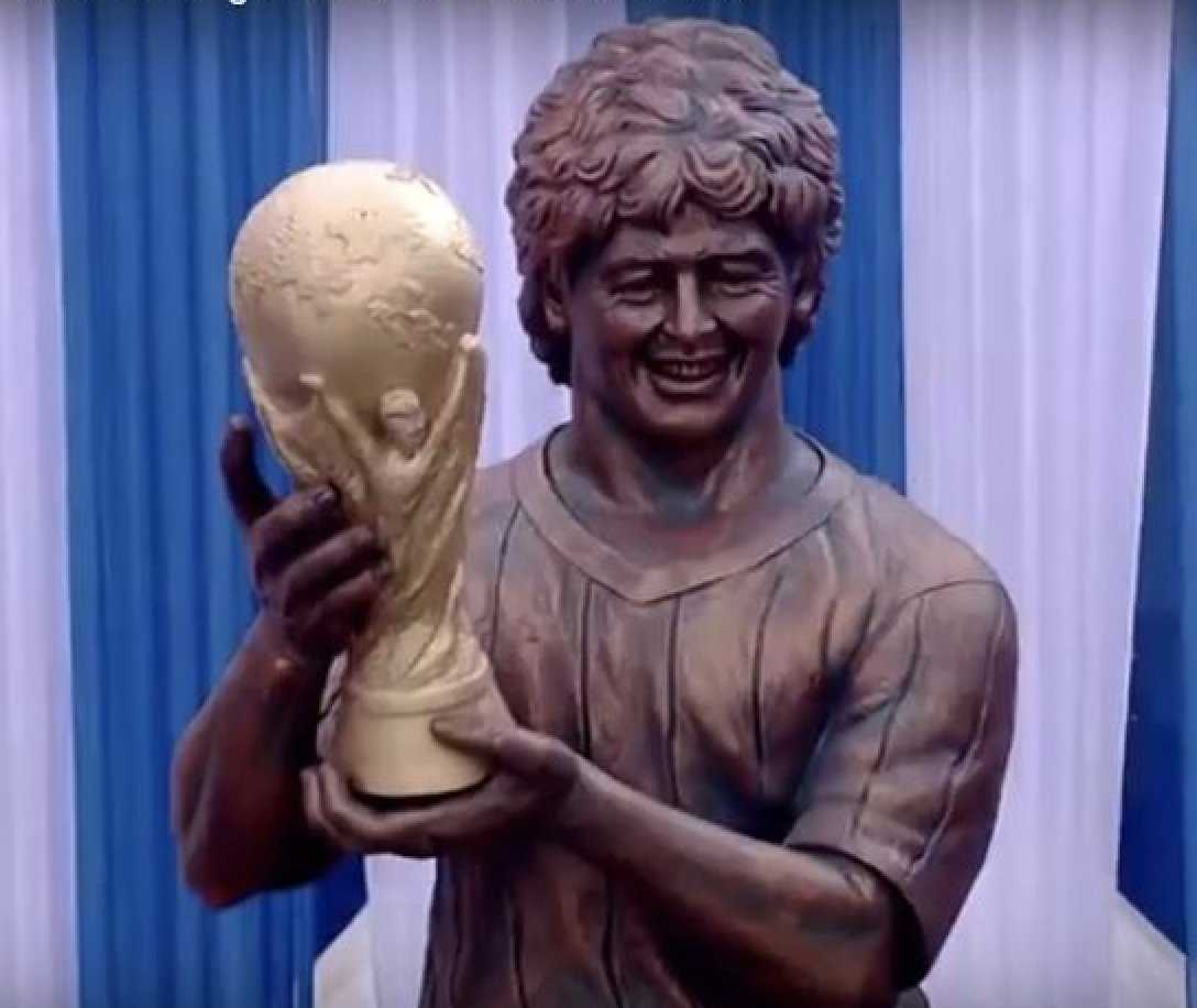 Maradonas nya staty