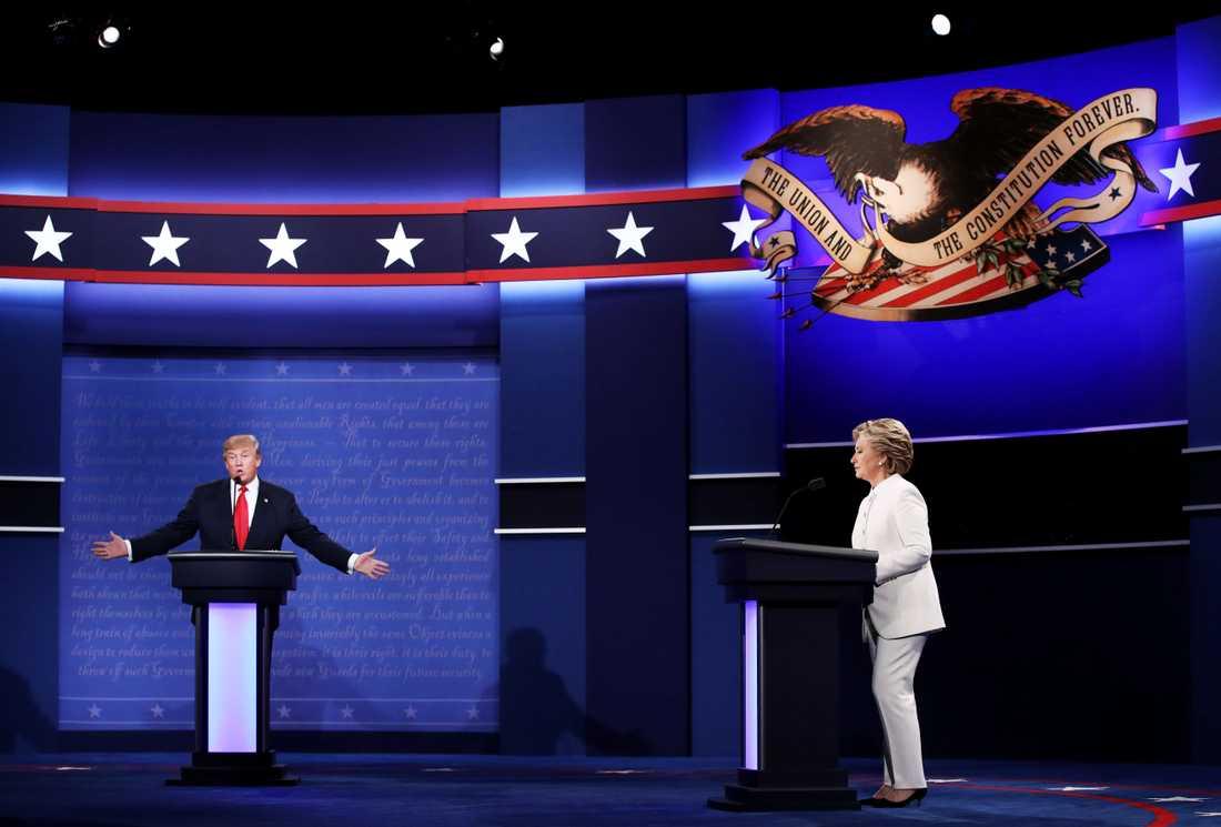 ORDKRIG Donald Trump och Hillary Clinton drabbade samman i tre direktsända och infekterade tv-debatter. Här är den sista, då de två presidentkanditaterna inte ens skakade hand med varandra.