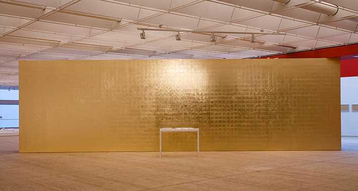 Gyllene konststycke Runo Lagomarsino: Stulet ljus (Abstrakt i guld), 2013, bladguld på vägg och en vitrin med lampor stulna från Etnografiska museet i Berlin.