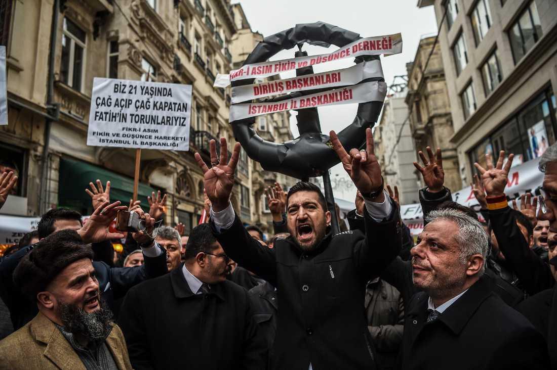 Demonstrationer utanför Nederländernas ambassad i Turkiet.