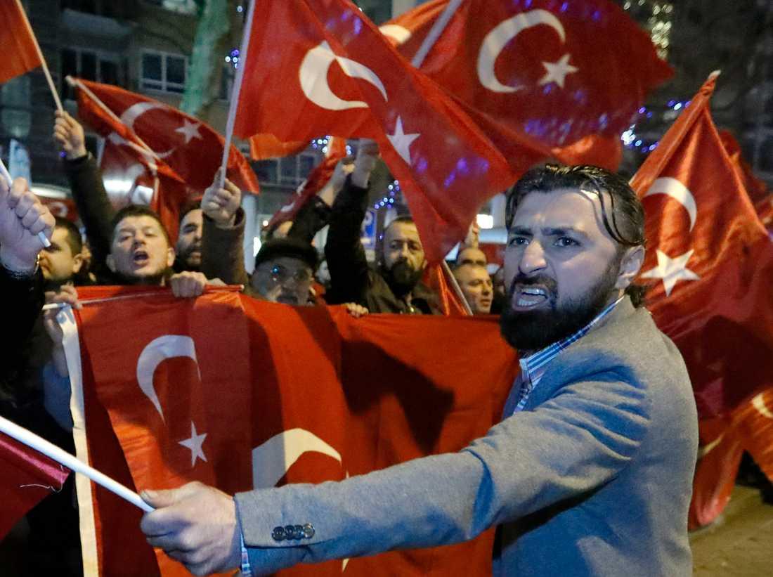 Turkiska demonstranter i Rotterdam, Nederländerna.