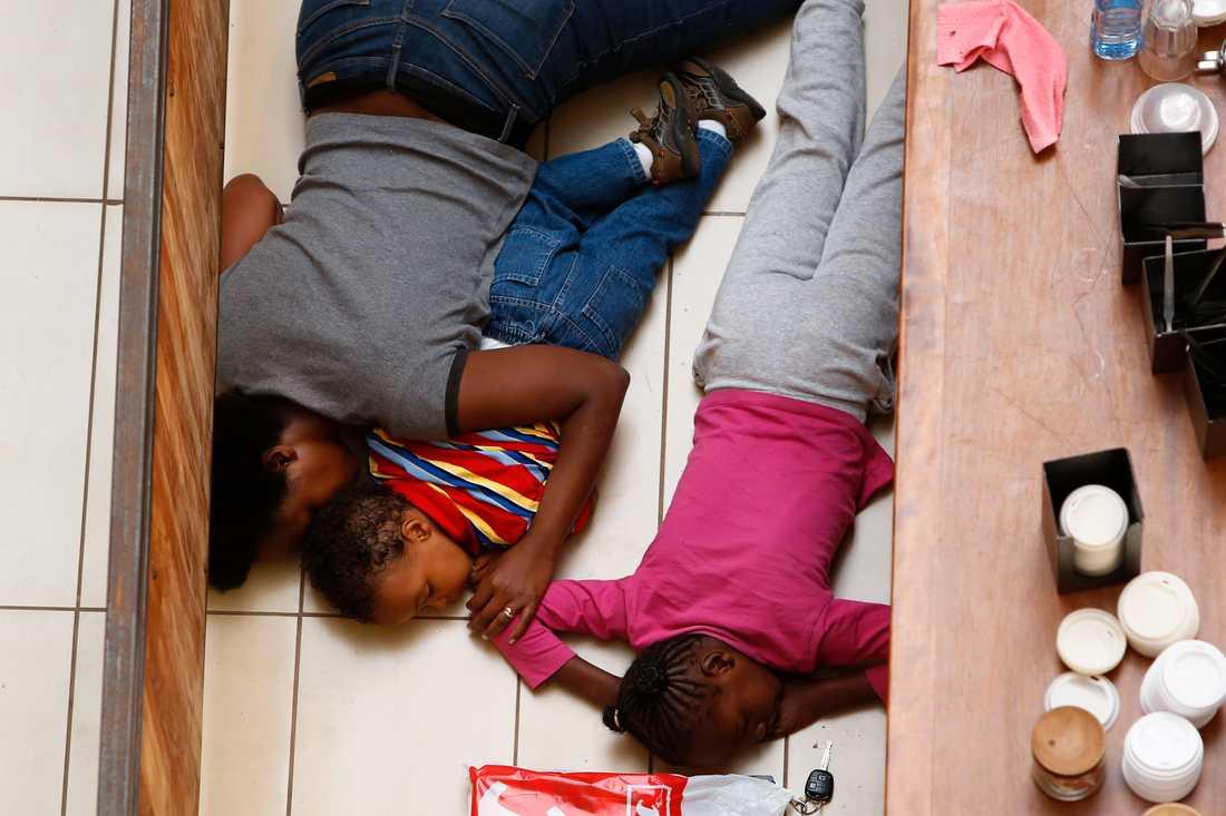En mamma och hennes dotter försöker gömma sig.