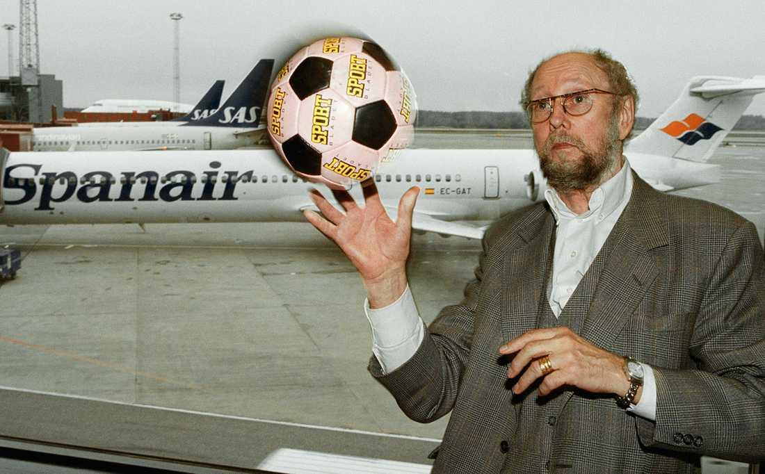 Torgny Lindgren joxar med fotboll på Arlanda. Akademieledamoten var 2001 inbjuden som hedersgäst när Valladolid mötte Malaga i La Liga.