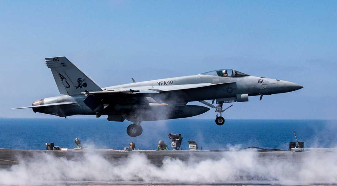 Ett F/A-18E Super Hornet lyfter från ett hangarfartyg.