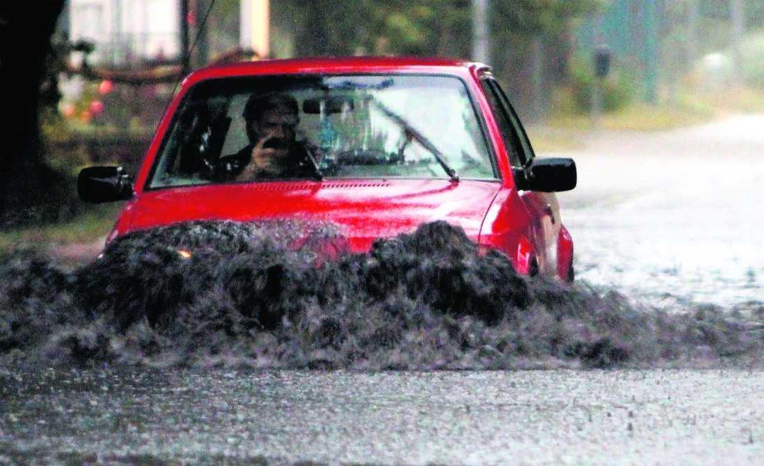 Översvämningar Gotland drabbades hårt av det kraftiga skyfallet i går kväll. Här tar sig en bil fram på de översvämmade gatorna i Slite.