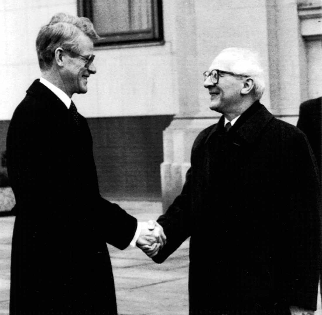 Sveriges dåvarande statsminister Ingvar Carlsson (S) skakar hand med DDR-ledaren Erich Honecker under besöket 1989.