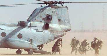 USA är redo Uppladdningen för ett krig mot Irak fortsätter runt Persiska viken. Här är det amerikanska marinsoldater som övar luftlandsättning från en marinhelikopter norr om Kuwait City.
