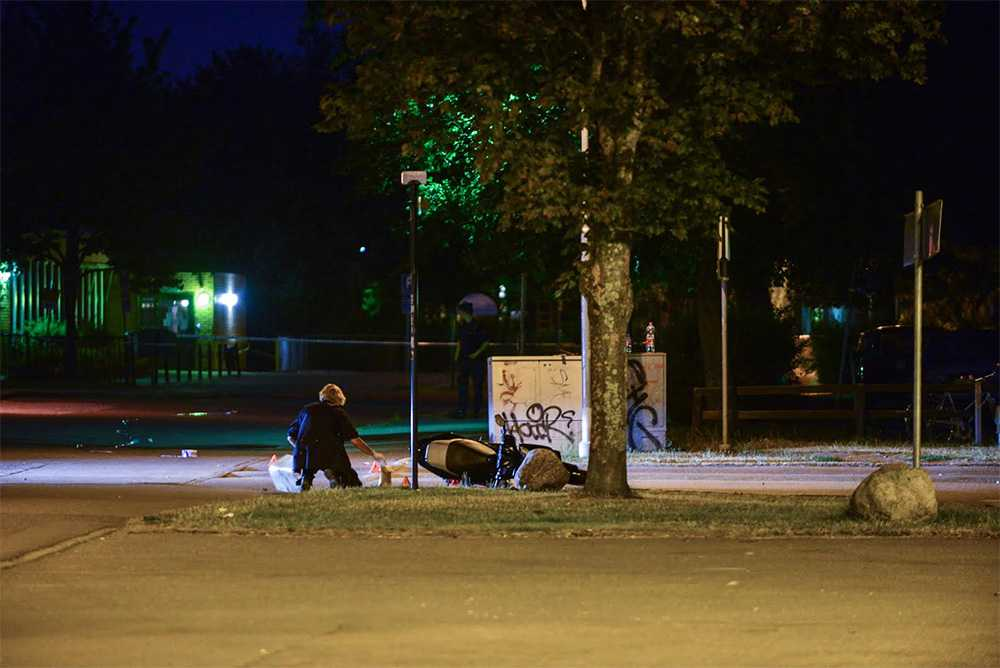 Enligt uppgift till Aftonbladet har två personer på vespa öppnat eld mot andra som befann sig på skolgården. När elden besvarats ska föraren av fordonet ha träffats av flera skott.