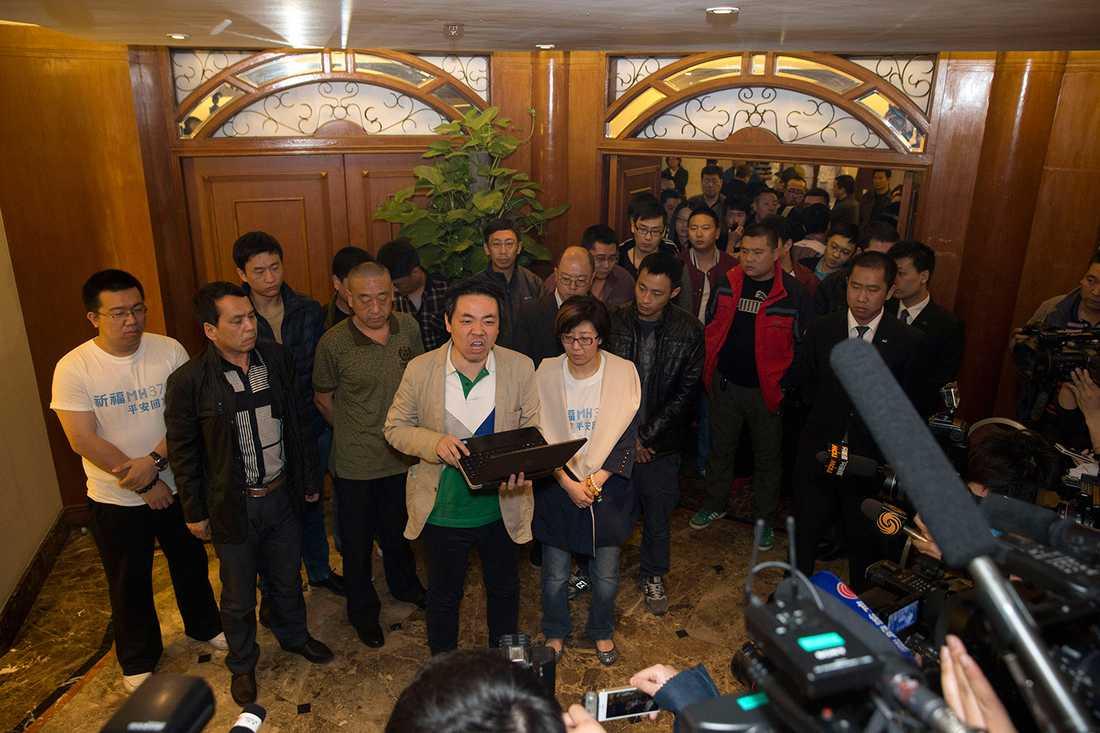 Anhöriga till kinesiska passagerare kräver att Malaysia Airlines och Malaysias regering ställs till svars.