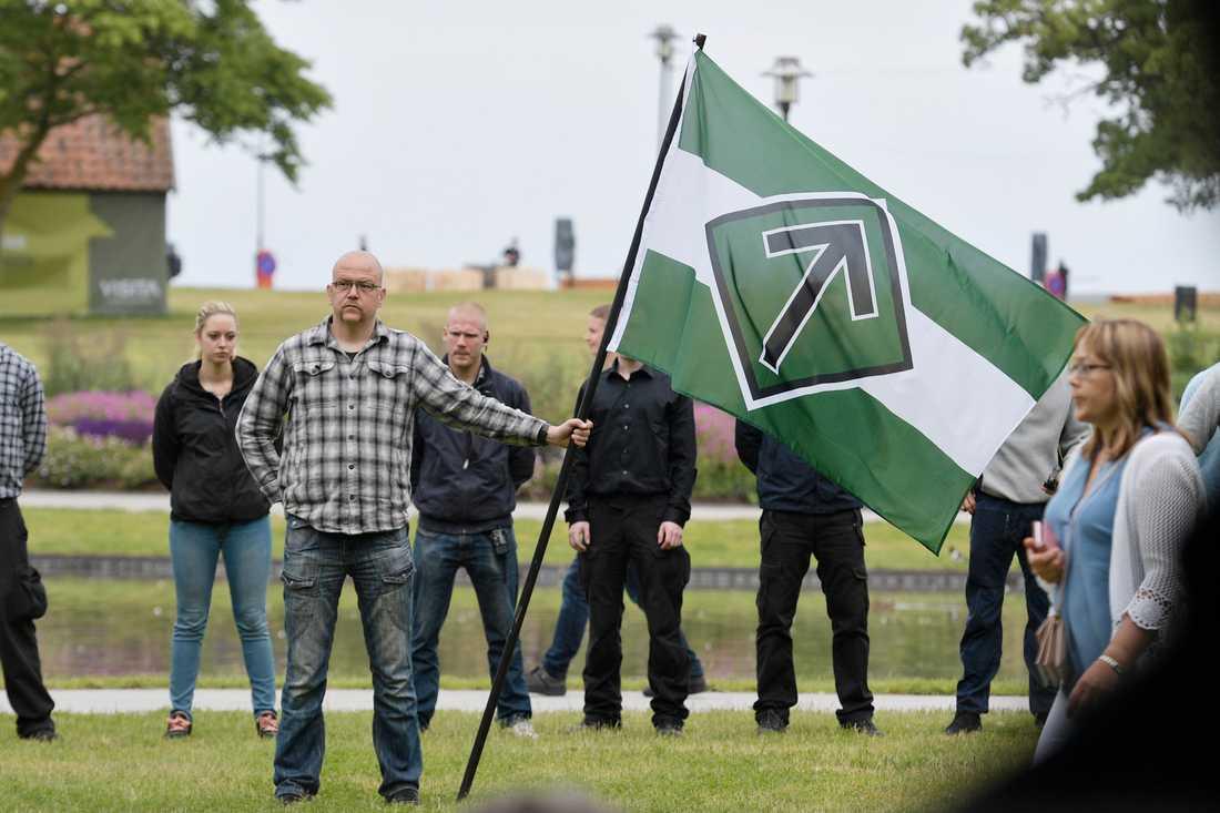 Nordiska motståndsrörelsen demonstrerar under moderaternas dag i Almedalen.