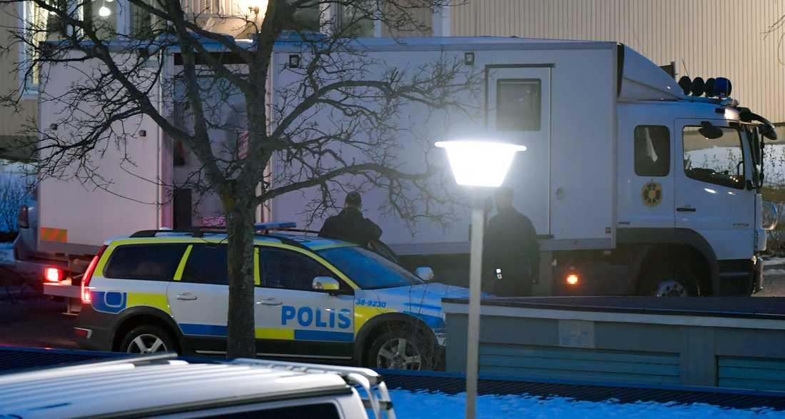Bombskyddet anländer till platsen.