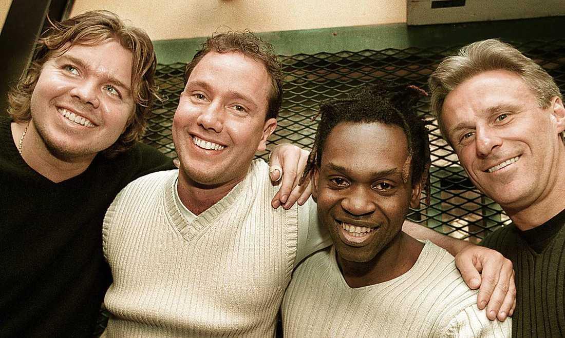 Medlemmarna i forna popgruppen Friends in Need, Tomas Brolin, Mattias Frisk och Björn Borg skickade sms till Dr Alban där de skrev att Melodifestivalen förvandlats till en barnfestival.