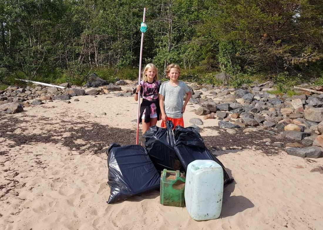 Alva, 10, och storebror Joel, 11, plockade skräp som fyllde tre säckar.