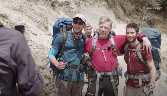 Mikael Persbrandt springer på ett gäng fans mitt under bestigningen av Himalaya.