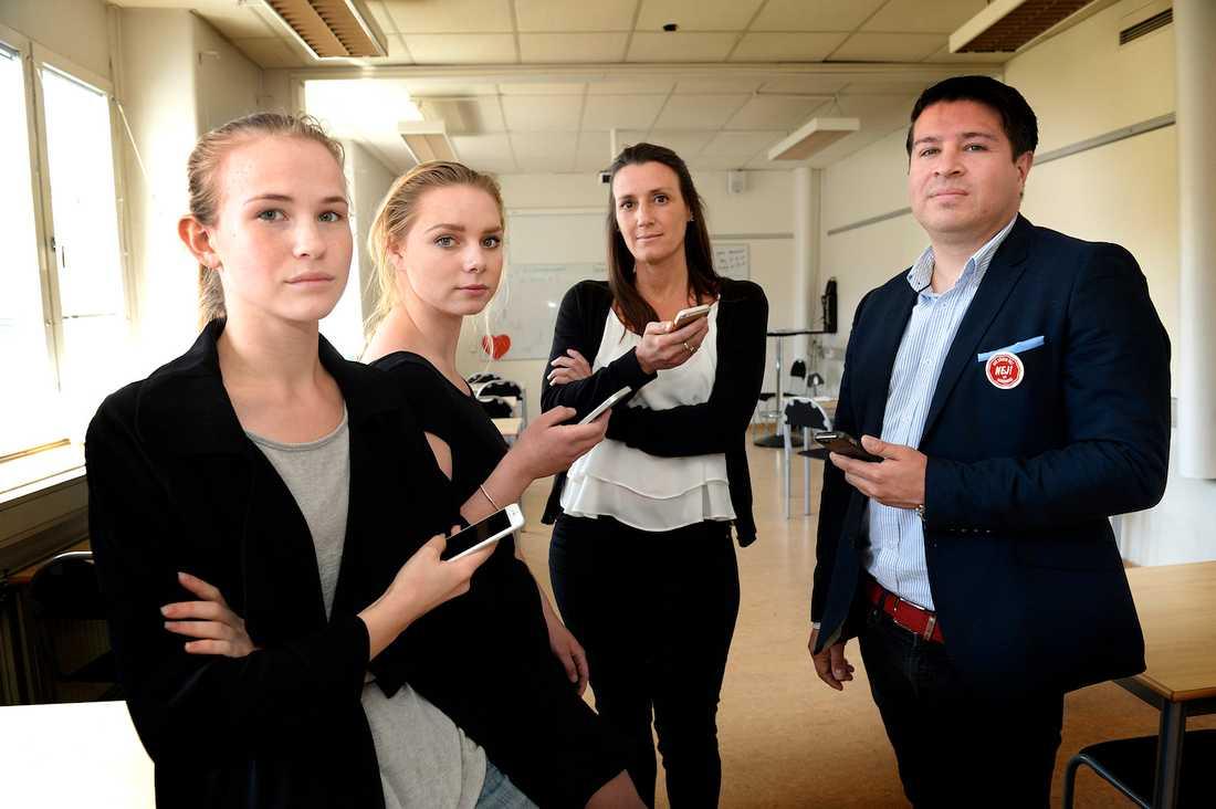 Eleverna Olivia Slotte, 18, och Therese Enman, på Drottnings Blankas gymnasium med rektorn Norma Aznar samt Tobias Wernius som tagit fram appen.