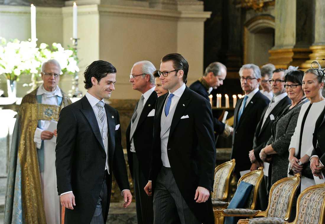 Prins Carl Philip och prins Daniel gör sig redo för gudstjänsten i Slottskyrkan.