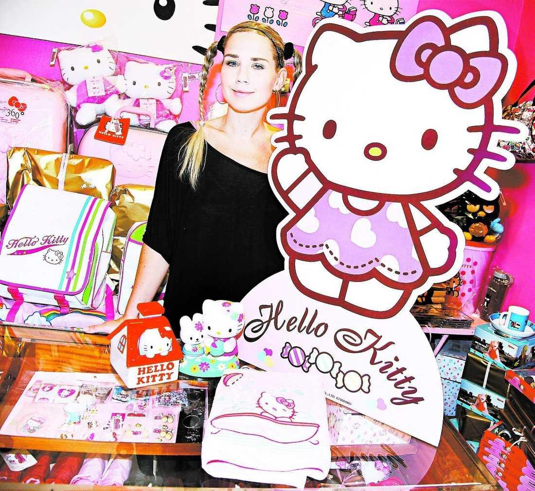 kattfnatt Jessica Lindberg förälskade sig i kattfiguren redan 1978. Nu driver hon en egen Hello Kitty-butik i Stockholm.