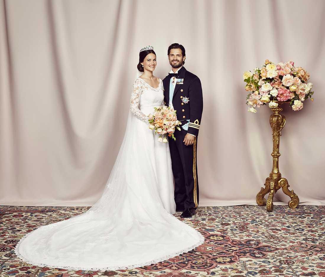 Nu är de nya officiella bröllopsbilderna från kungahuset släppta. Här är brudparet prins Carl Philip och prinsessan Sofia.